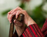 זקוקים למטפל או ללחצן מצוקה עבור הורה מבוגר?